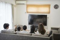 テレビ鑑賞をする日本人家族
