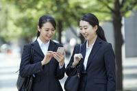 スマートフォンを見る就活中の日本人女性