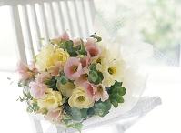 イスの上の花束 トルコギキョウ