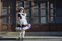 メイド服を着た日本人女性