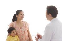 診察をうける妊婦