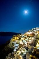 ギリシャ サントリーニ島 北端 断崖急斜面に広がるイアの町並...
