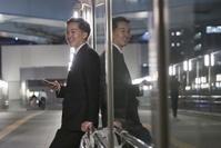 待ち合わせをしている日本人ビジネスマン