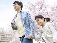手を繋いで走る日本人親子