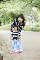公園で遊ぶ日本人親子