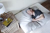 ベッドで眠るミドル男性