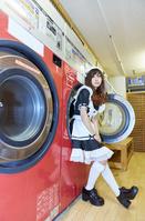 コインランドリーにいるメイド服を着た日本人女性