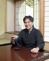 日本茶を飲む着物の日本人男性
