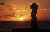 チリ イースター島 モアイ像と夕陽