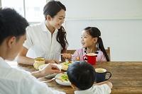 日本人家族で団らんの食卓