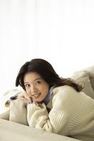 部屋でくつろぐ日本人女性