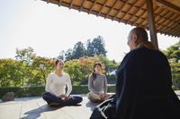住職の話を聞く日本人女性