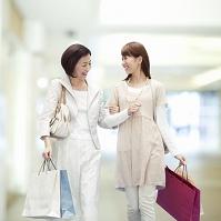 買い物を楽しむ母と娘