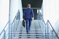 階段をあがるビジネスマン