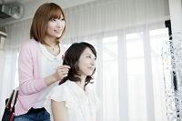 髪をセットする美容師