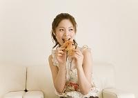 パンを食べる日本人女性