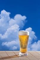 入道雲をバックに冷えたビール