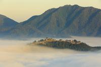 兵庫県 立雲峡から望む竹田城跡と雲海に朝焼けの空
