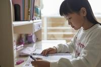 学習机で勉強する日本人の女の子