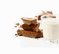 チョコレートのかけらと牛乳