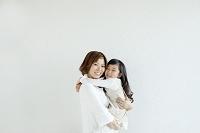 子を抱く母