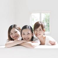 寄り添って笑う日本人女性達