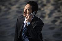 電話をする日本人ビジネスマン
