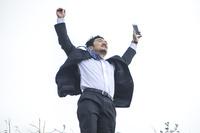 万歳をする日本人ビジネスマン