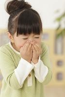 くしゃみをする日本人の女の子