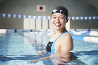 笑顔の日本人女子水泳選手