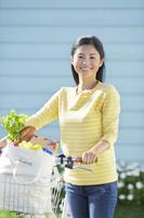 自転車で買い物に出かけた日本人女性