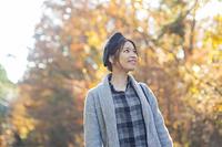 紅葉を見ながら観光地を散策する日本人女性
