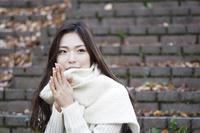 冬の公園の日本人女性