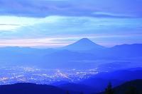 山梨県 櫛形山林道 夜明けの富士山と甲府盆地の街灯り