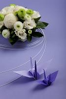 菊のフラワーアレンジメントと折鶴