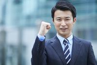 ガッツポーズをする日本人ビジネスマン