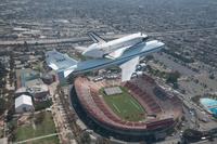 アメリカ ロサンゼルス 輸送されるスペースシャトル(エンデバ...