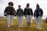 アザラシの毛皮で作った防寒具を着たイヌイット