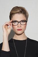 眼鏡をかける外国人女性