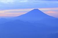 山梨県 櫛形山林道 夜明けの富士山と山並み