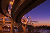 東京都 曲線美 五色桜大橋と富士山 暮色