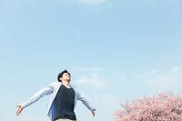 桜と深呼吸する日本人男性