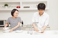 食器を洗うカップル