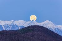 長野県 槍ヶ岳に沈む満月
