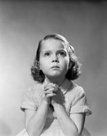 祈りをしている女の子