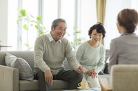 老後のライフプランを相談する日本人のシニア夫婦