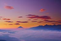 長野県 岡谷市 高ボッチ高原 富士山と南アルプスと朝焼けの笠雲...