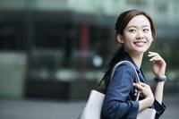 笑顔で振り返る日本のビジネスウーマン