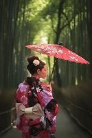 京都 嵐山の竹林と着物の日本人女性