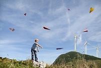 紙飛行機で遊ぶ男の子